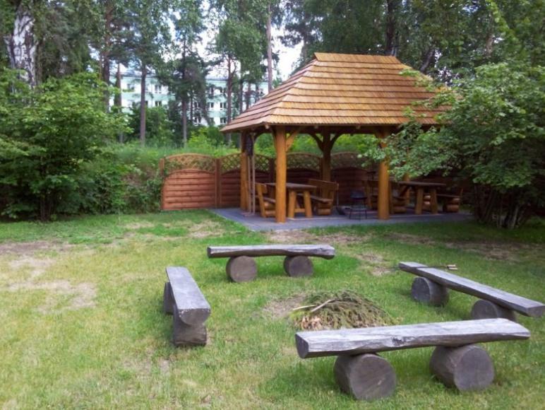 Ognisko i altana w ogrodzie
