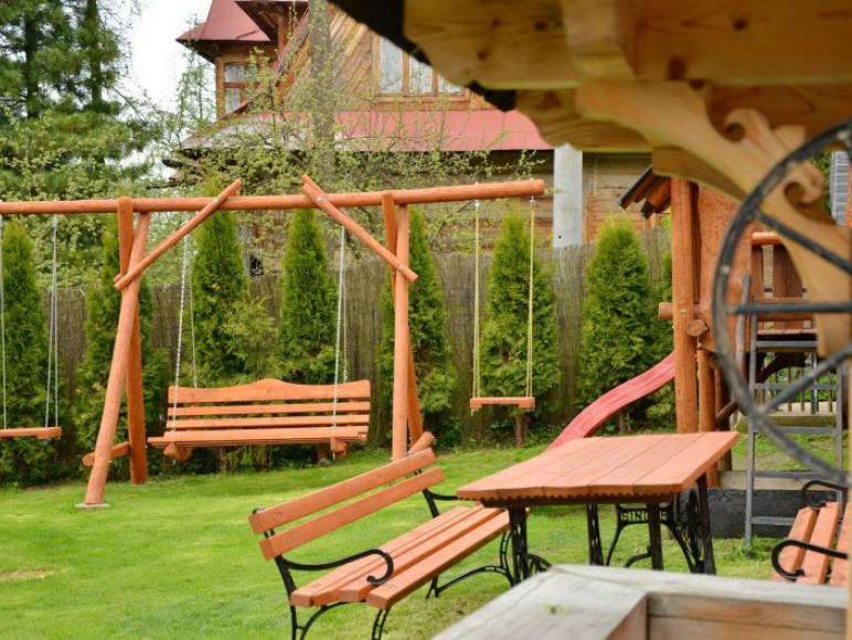 ogród z huśtawką