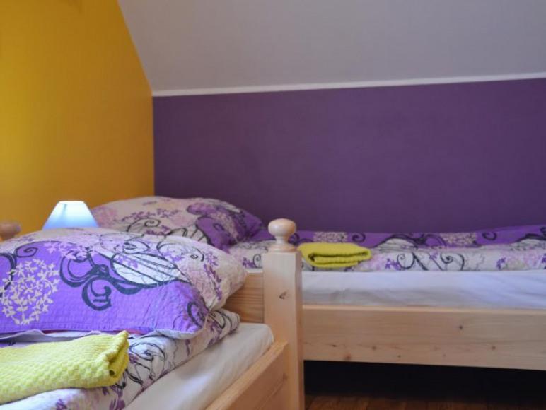 pokój dwuosobowy z łazienką dwa łóżka