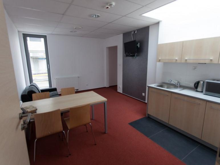 Apartament teatralny 03 - każdy pokój posiada wyposażony aneks kuchenny