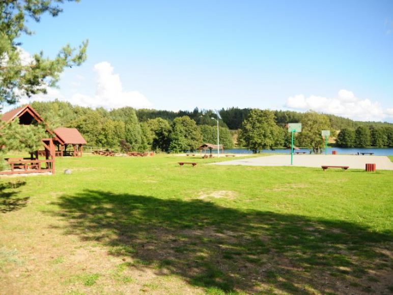plac rekreacyjny kolo jeziora
