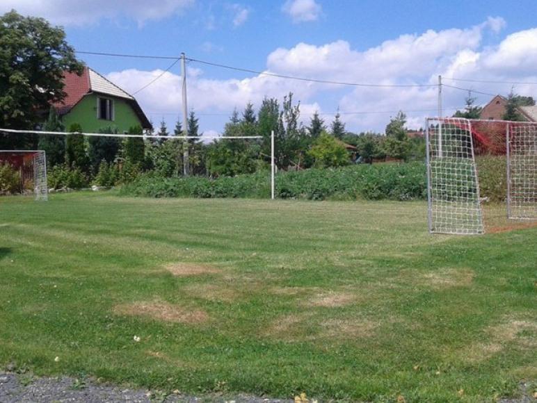 Boisko do piłki nożnej i siatkowej.
