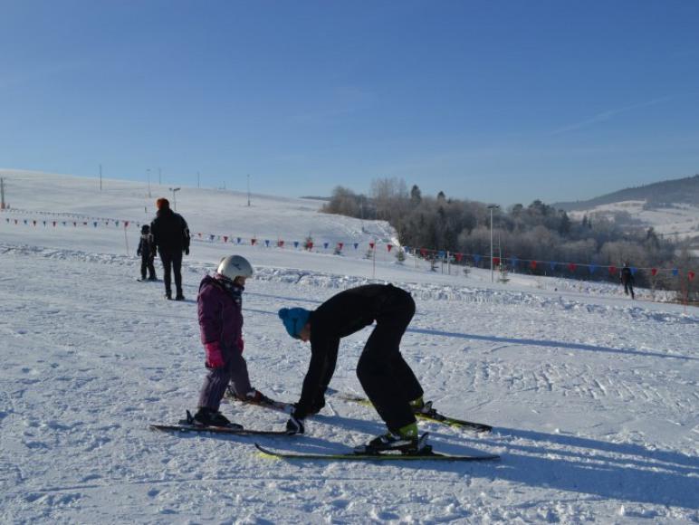 Pierwsze kroki na nartach pod okiem instruktora