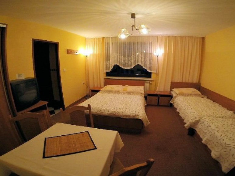 Pokój 4-osobowy z łazienka przy pokoju