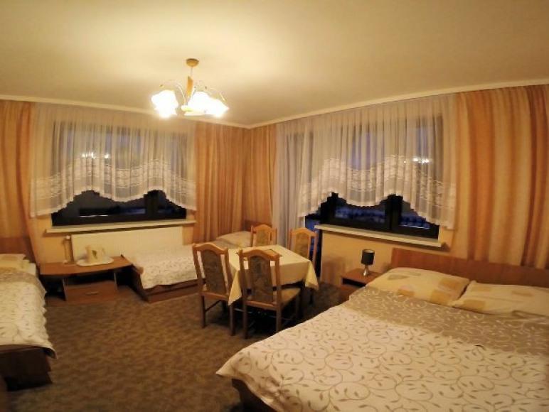 Pokój 4-osobowy z balkonem i łazienka przy pokoju