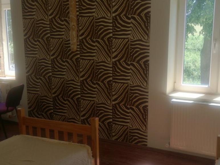 Pokój Afrykański pojedyncze łóżka oddzielone są ścianką od łóżka podwójnego