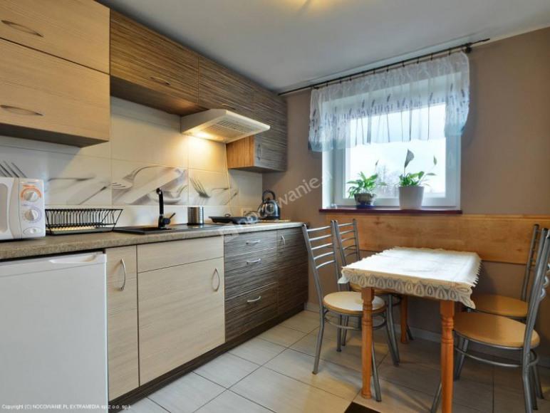 Kuchnia wyposażona w płytę indukcyjną, lodówkę - apartament 4 osobowy .