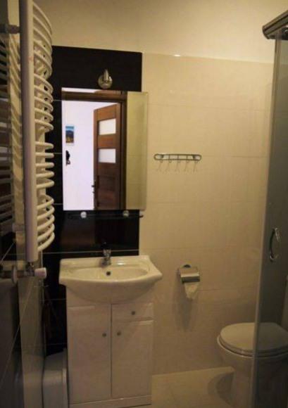 łazienka przy pokoju 3 osobowym