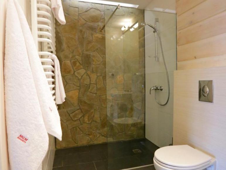 Wyposażone: kabina prysznicowa, toaleta, umywalka oraz zestaw ręczników.