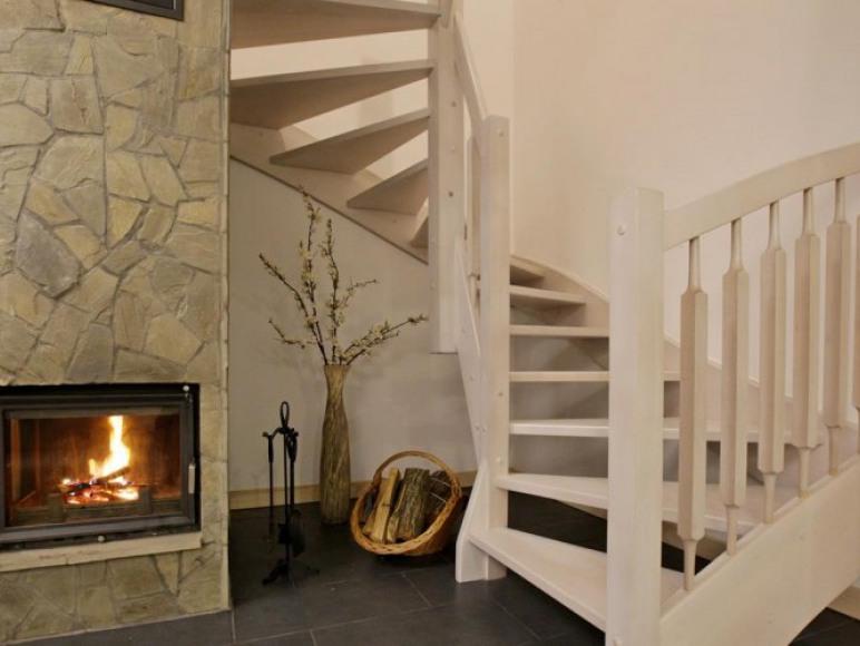 Kominek, schody. Wejście na drugi poziom apartamentu.