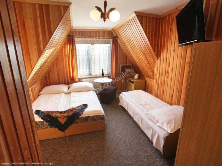 Pokoj 4os z czesciowym widokiem na gory