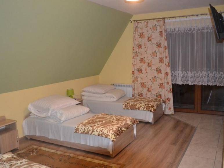 Przestronny Czteroosobowy pokój z łazienką i balkonem.
