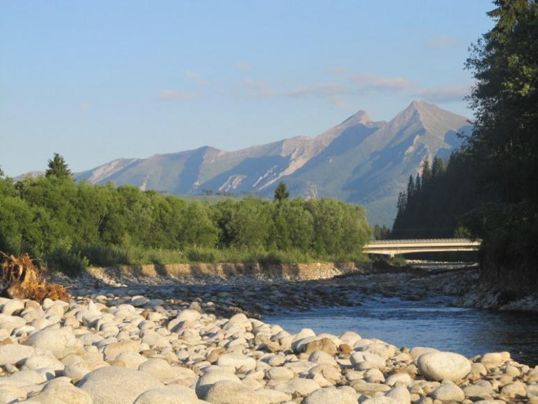 rzeka Białka z widokiem na Tatry
