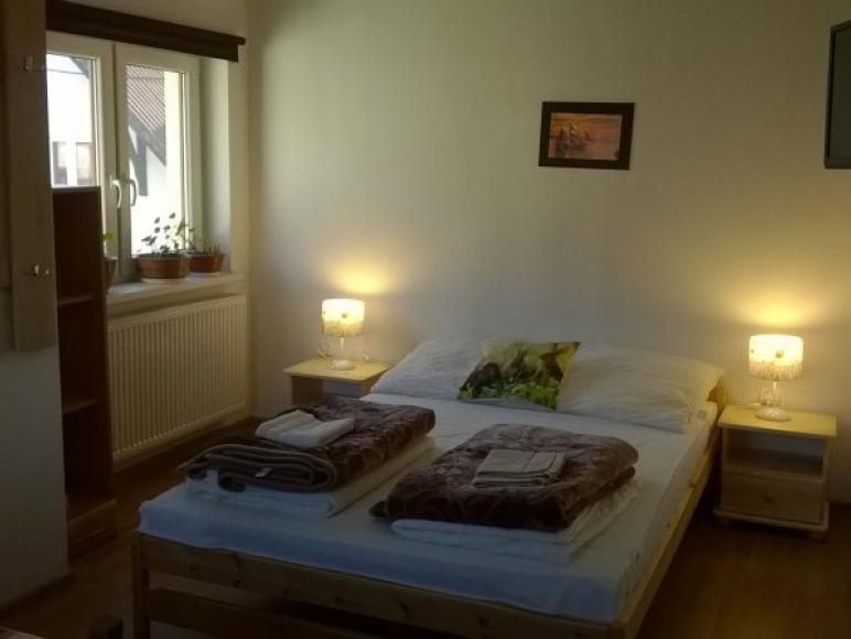 Łóżko sypialniane w małym mieszkaniu.