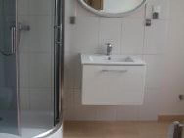 Łazienka z kabina prysznicową i miską wc