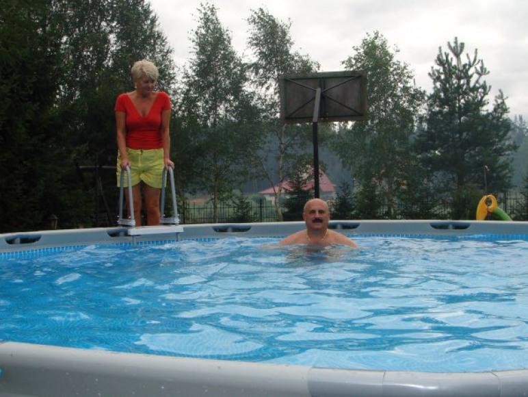 basen z gospodarzami