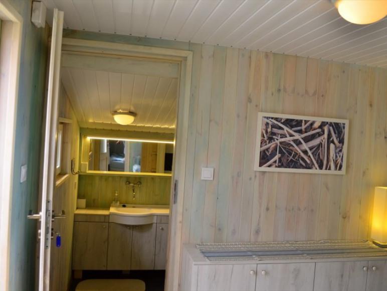 pokój i łazienka w apartamencie