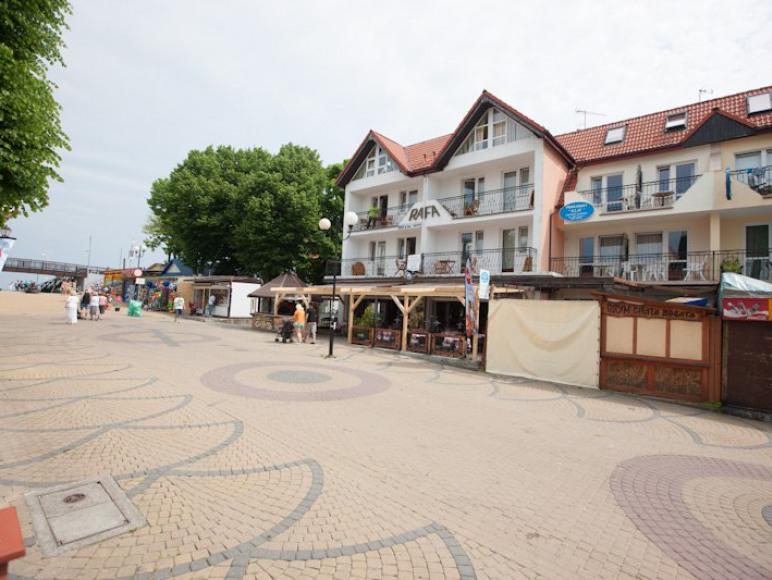 KLIF znajduje się przy głównym wejsciu na plażę
