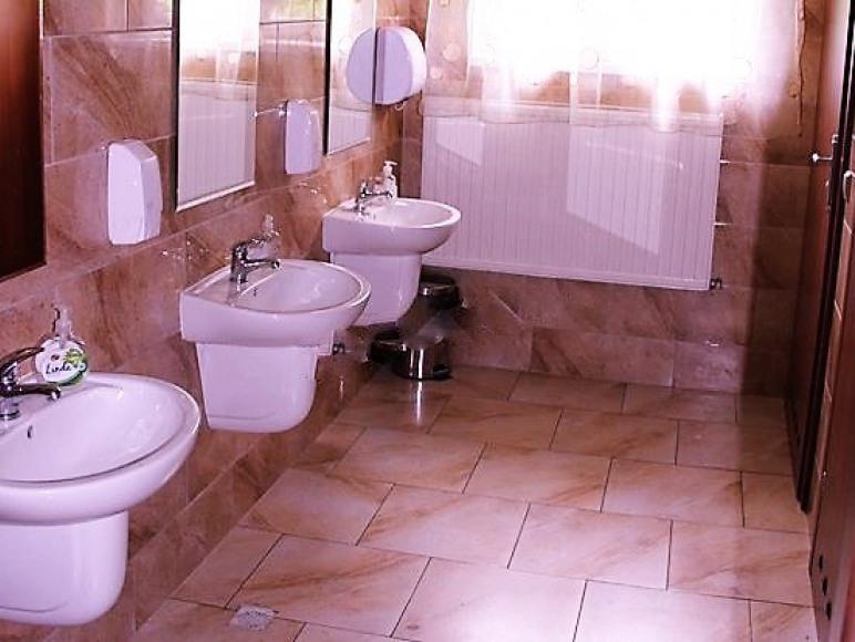 Toalety w holu