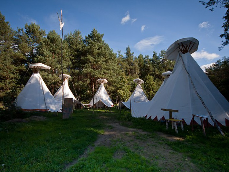 Wioska Bullerbyn - dom, domki i namioty tipi