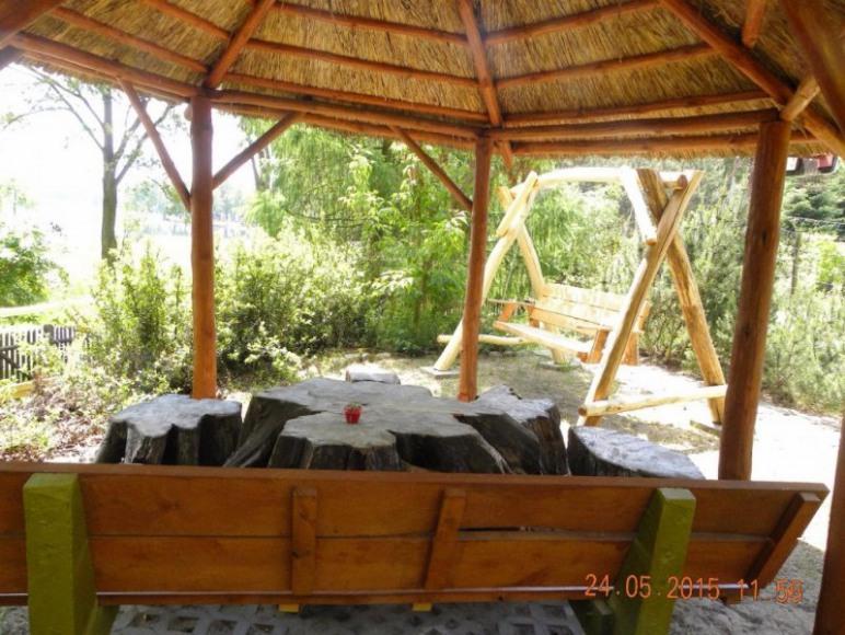 altanka i huśtawka w ogrodzie
