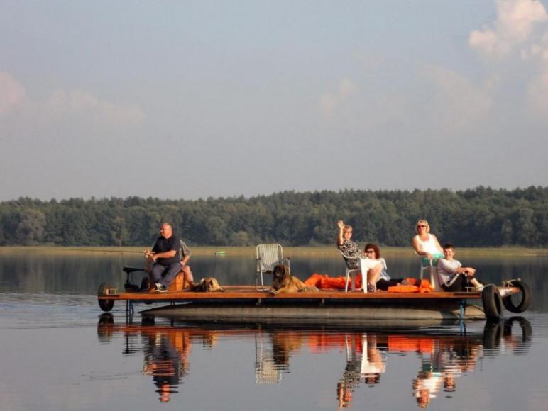 Tratwą po jeziorze powidzkim