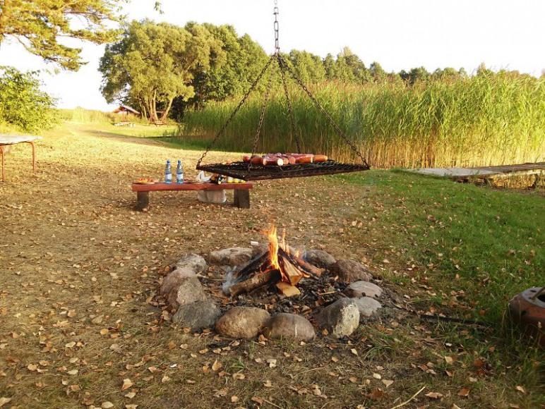 Miejsce na ognisko nad jeziorem
