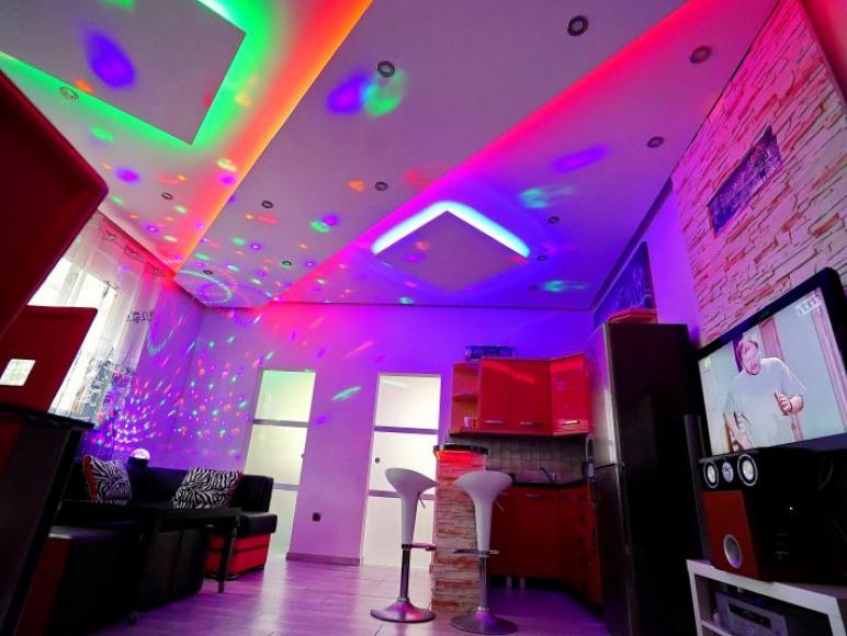 Oświetlenie RGB+W do uzyskania efektów nastrojowych, laptop - internet