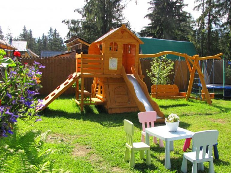 Duży plac zabaw dla dzieci .