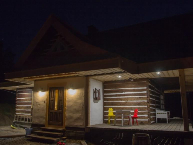 chata wieczorową porą