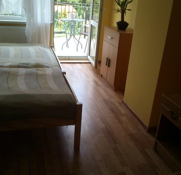 pokój z balkonem i widokiem na las