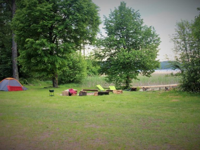 Pole namiotowe nad samym jeziorem