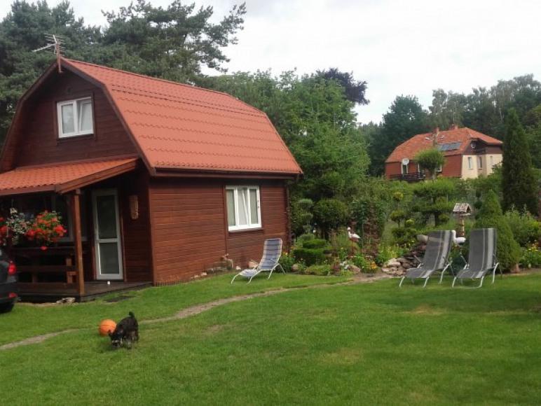 Brązowy domek - w ogrodzie.
