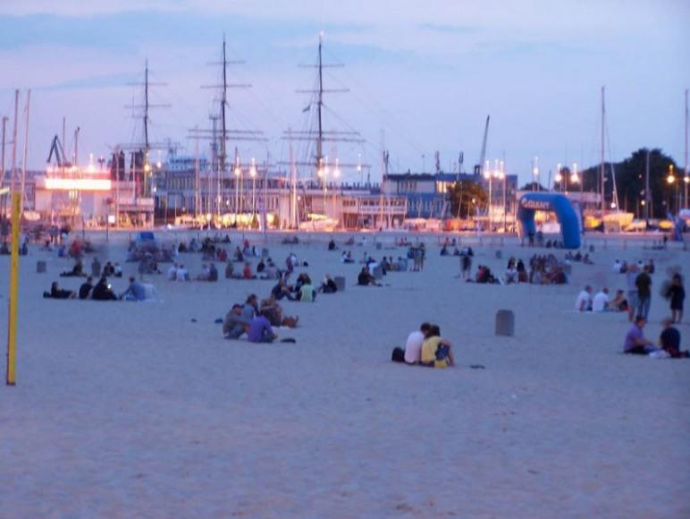 plaża miejska w tle port jachtowy