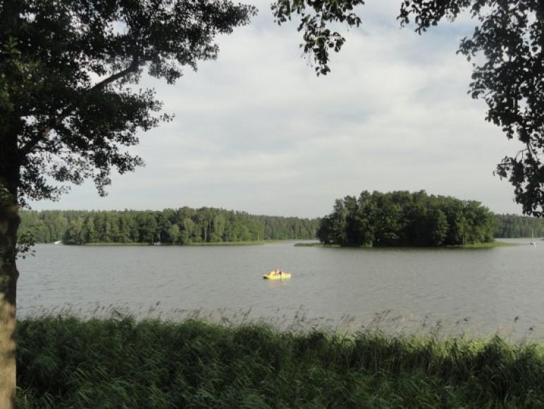 liczne wyspy na jeziorze