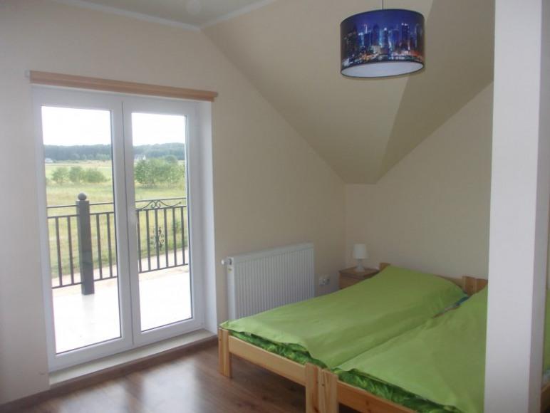 pokój z balkonem i łazienką