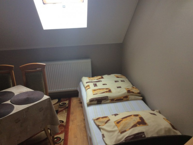 Pokój 3-osobowy; 1 sofa i 1 tapczanik