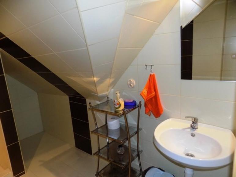 Łazienka w pokoju 4-osobowym.