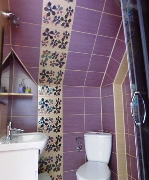 Łazienka w pokoju 3-osobowym.