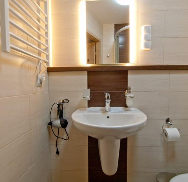 Łazienka - umywalka w pokoju Londyn
