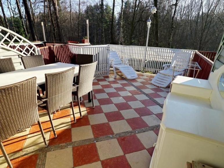 """Domek nr 2 -""""Paryz - Bardzo duży taras z dużym stołem i krzesłami"""