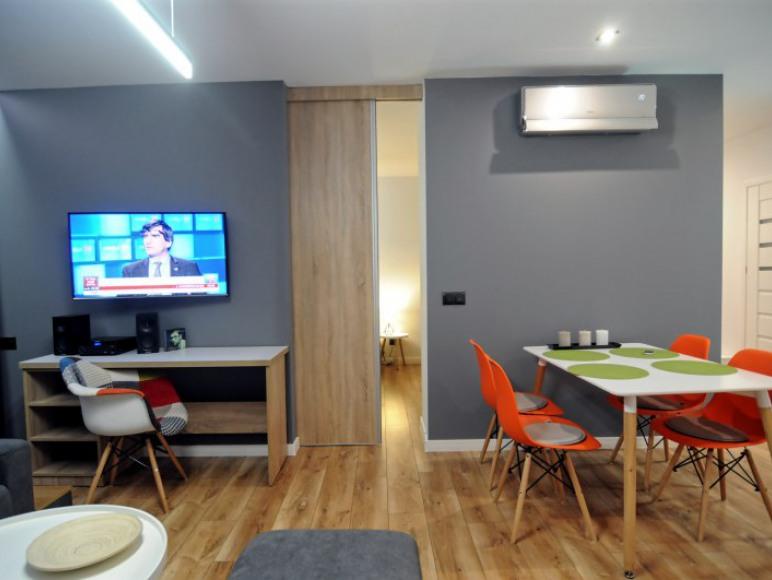 Salon; biurku, przejście do sypialni, jadalnia, widok w stronę kuchni