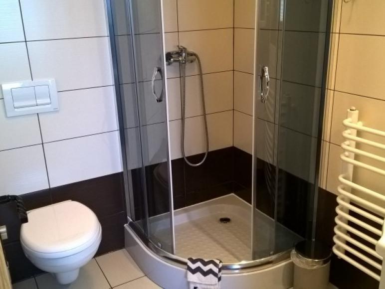 łazienka w pokoju na parterze