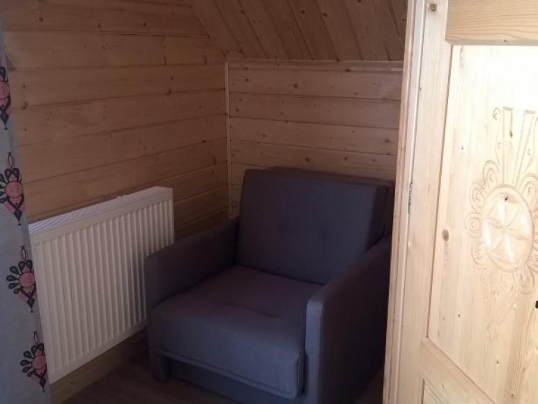 fotel rozkładany w pokoju nr 1