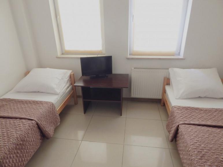 Łóżka w pokoju dwuosobowym