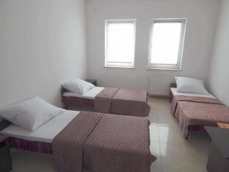 Łóżka w pokoju trzyosobowym