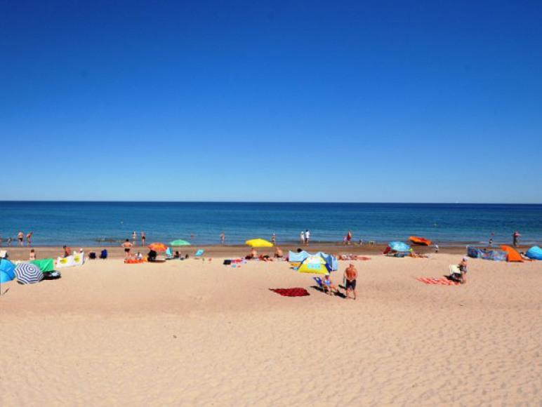 Szeroka i piaszczysta plaża w Dąbkach
