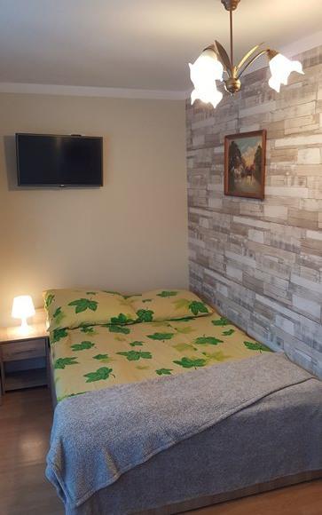 Pokój z aneksem kuchennym , łazienką i balkonem