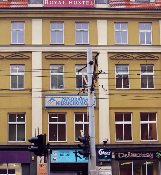 Wejście do budynku hostelu