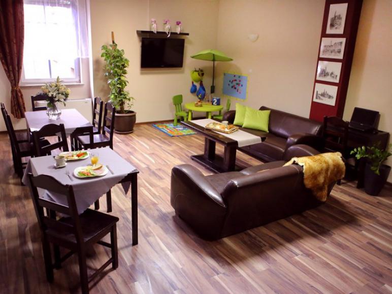 Living room z kącikiem dla dzieci oraz TV